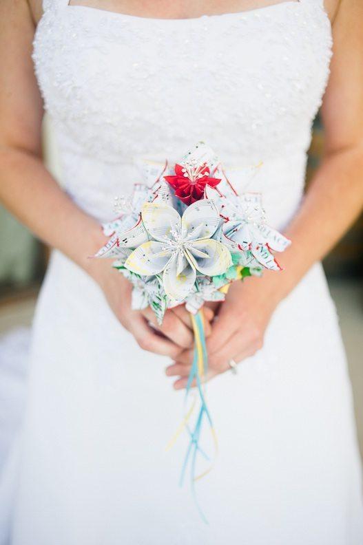 Бумажные цветы в свадебном декоре