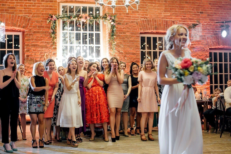 Чей букет бросает невеста свадьбе, букет пионами розами