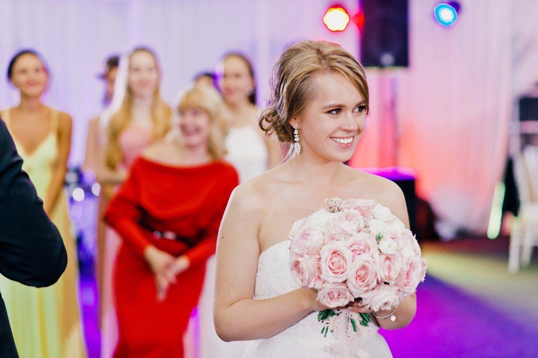 Какой букет бросает невеста на свадьбе живой или искусственный