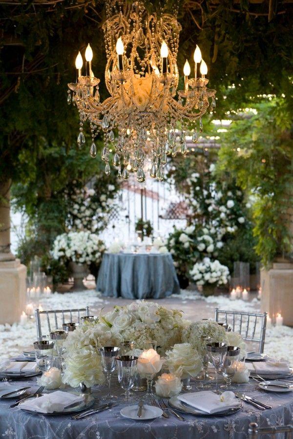 В тренде: люстры в свадебном оформлении