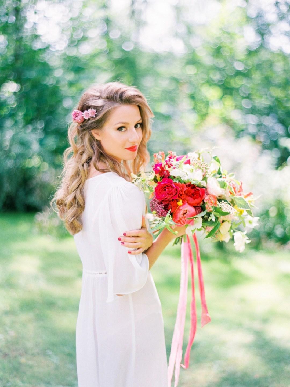 В тренде: цветы в прическе невесты