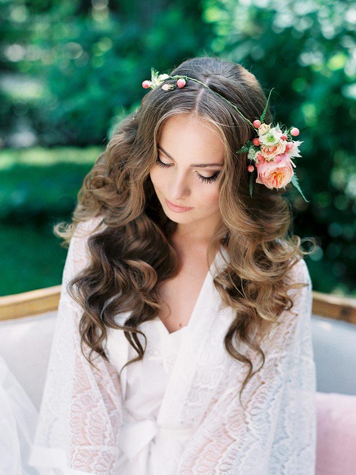 Причёска на свадьбу для гостей на длинные волосы