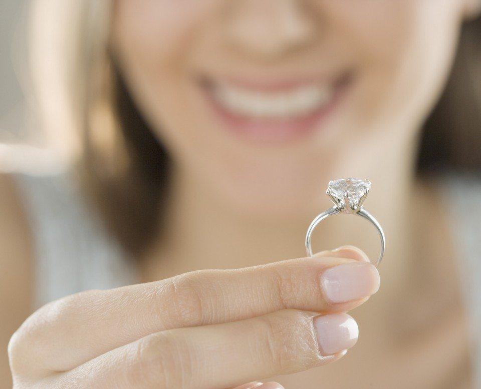 В сюжете сна пришлось надеть на пальчик большое кольцо – вы взвалили на свои плечи слишком много.