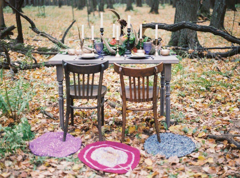 На осеннем ковре из опавшей листвы: стилизованная съемка