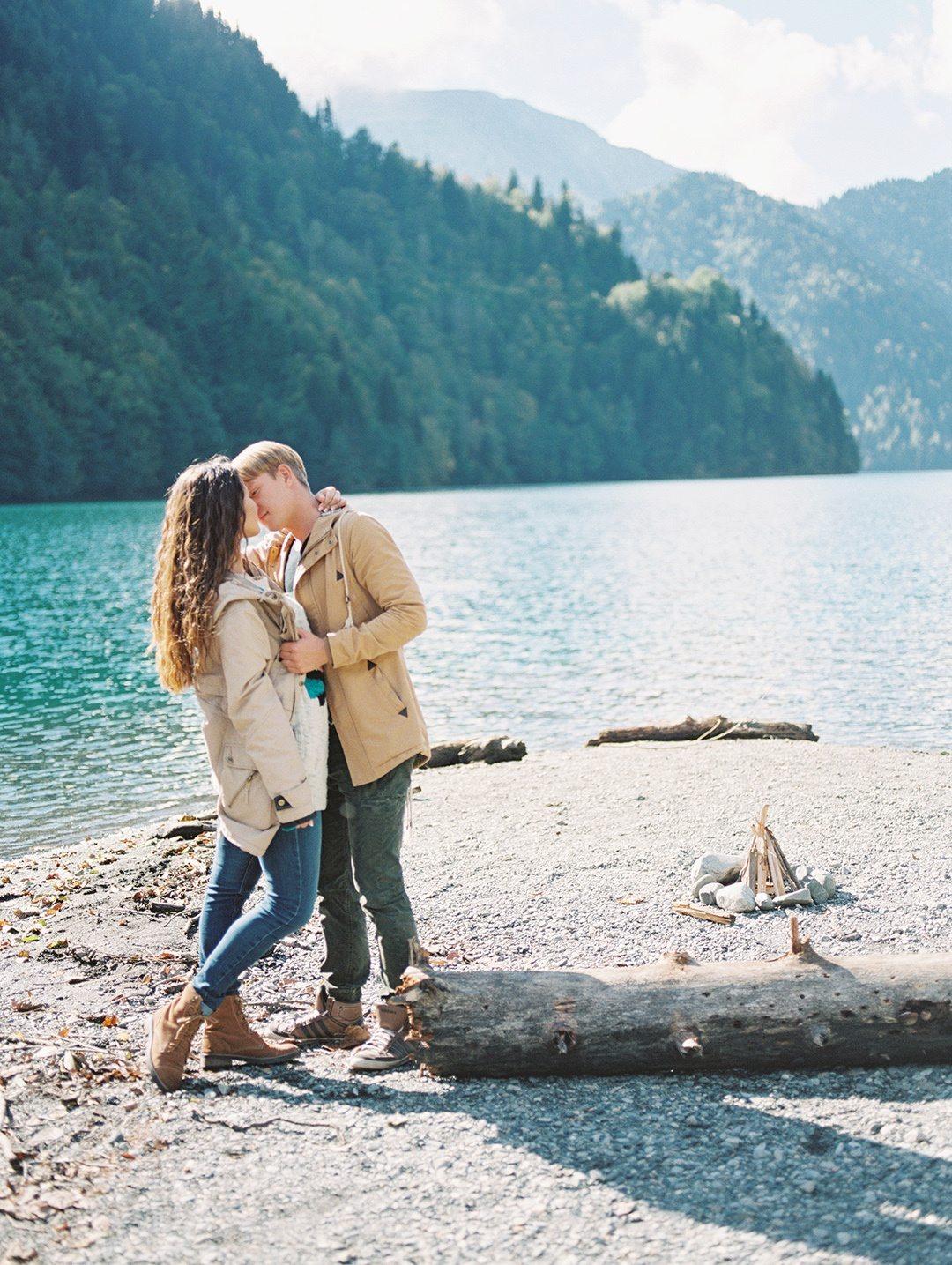 Lake Ritsa Engagement Session: стилизованная фотосессия