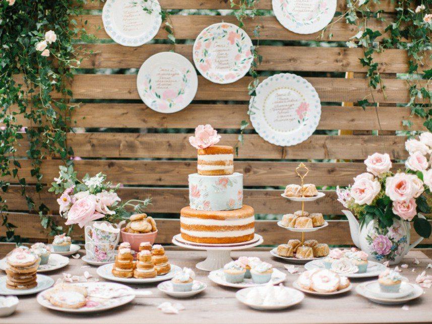 Трехъярусный торт с открытым бисквитом и росписью от Набирка Автор фото: Анастасия Белик; свадьба Кати и Коли