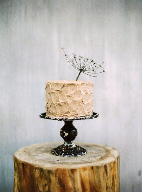 Бежевый текстурный торт, украшенный зонтиком укропа от Yumbaker Автор фото: Макс Колибердин; воркшоп Максима Колибердина