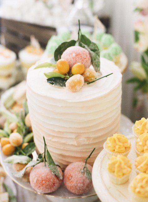 Текстурированный торт, декорированный фруктами в сахаре Автор фото: Лена Кожина; свадьба Рузалии и Вадима