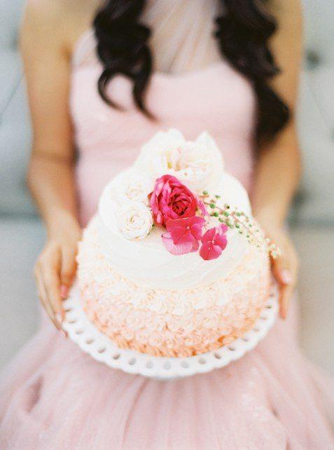 Воздушный торт с рюшами и нежным амбре от Анна Гусева Автор фото: Муницина Мария; стилизованная съемка