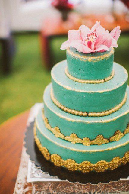Свадебный торт с контрастными украшениями от Kalabasa Автор фото: Анастасия Волкова; свадьба Артема и Даши