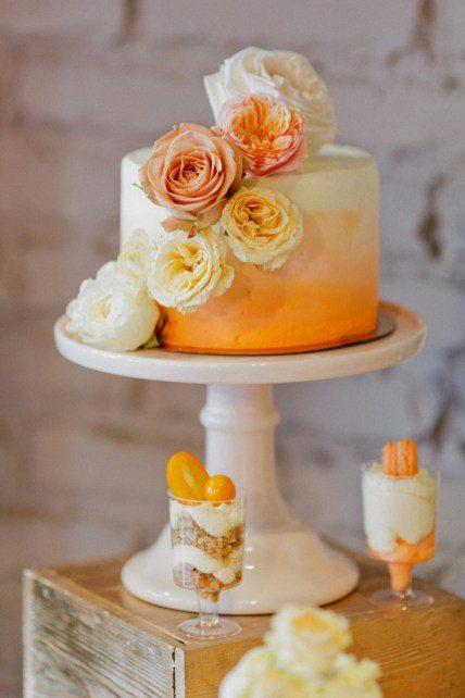 Свадебный торт с переходом цвета от оранжевого до белого Автор фото: Маша Муницина; свадьба Екатерины и Александра