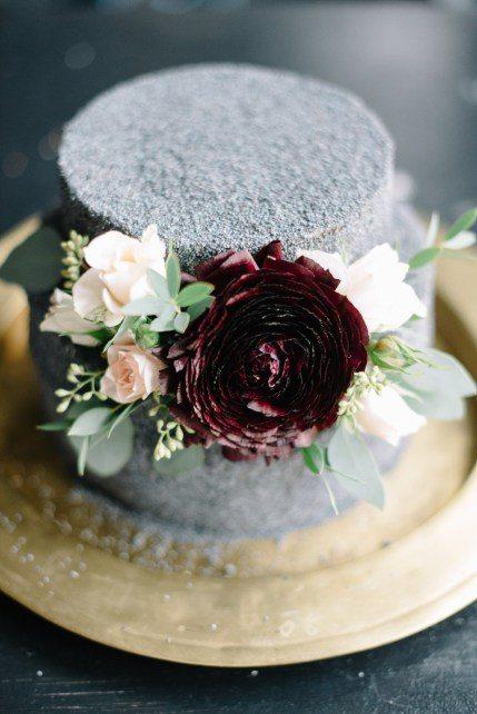 Серый, посыпанный маком, торт с ярким акцентом в виде бордового цветка от Свадебное агентство Ирины Климовой Автор фото: Vitaly and Kat; стилизованная фотосессия