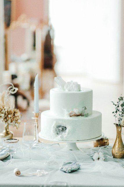 Лаконичный белый торт с друзами горного хрусталя от Лиана Сорока Автор фото: Алексей и Ирина Куприяновы; стилизованная фотосессия