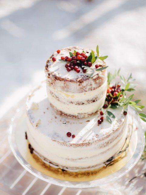 Двухъярусный бохо-торт, украшенный ягодами Автор фото: Борис Корниенко; love-story Ивана и Ирины