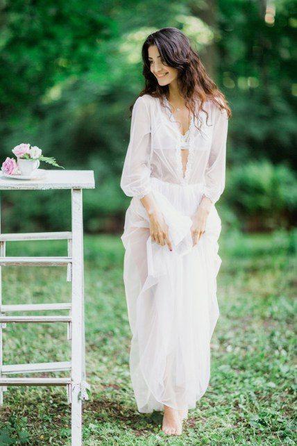 Невеста Ксении Антоновой в кружевных нарядах и ласковых лучах солнца Платья: Boudoir wedding