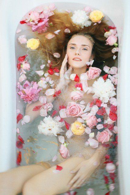 Евгения Романовская показала, как можно разнообразить традиционную съемку утра невесты Платья: Салон «Свадебная коллекция»