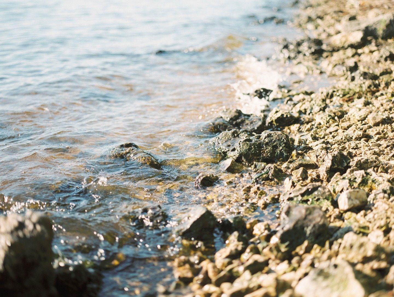 У подножия скалистого утеса: стилизованная фотосессия