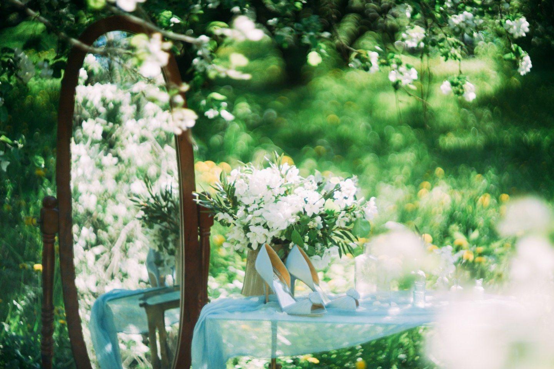 Утро невесты в цветущем саду: будуарная съемка