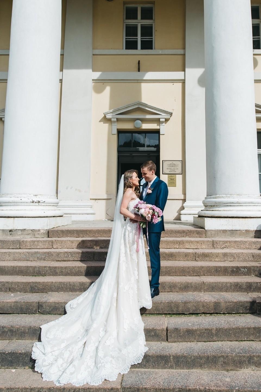 Торжественность и нежность: классическая свадьба в Латвии