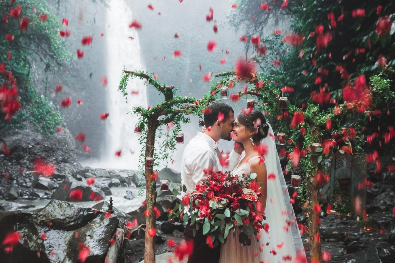 Под шум водопада: свадьба для двоих на Бали