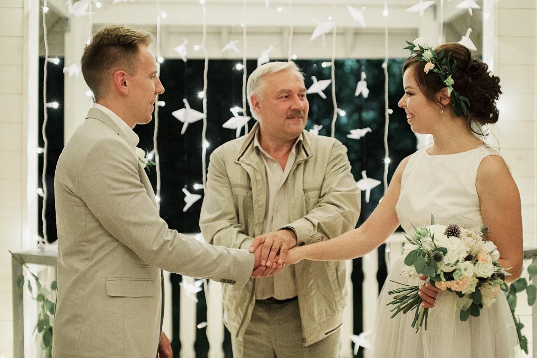 Все неслучайно: уютная свадьба в свете огоньков