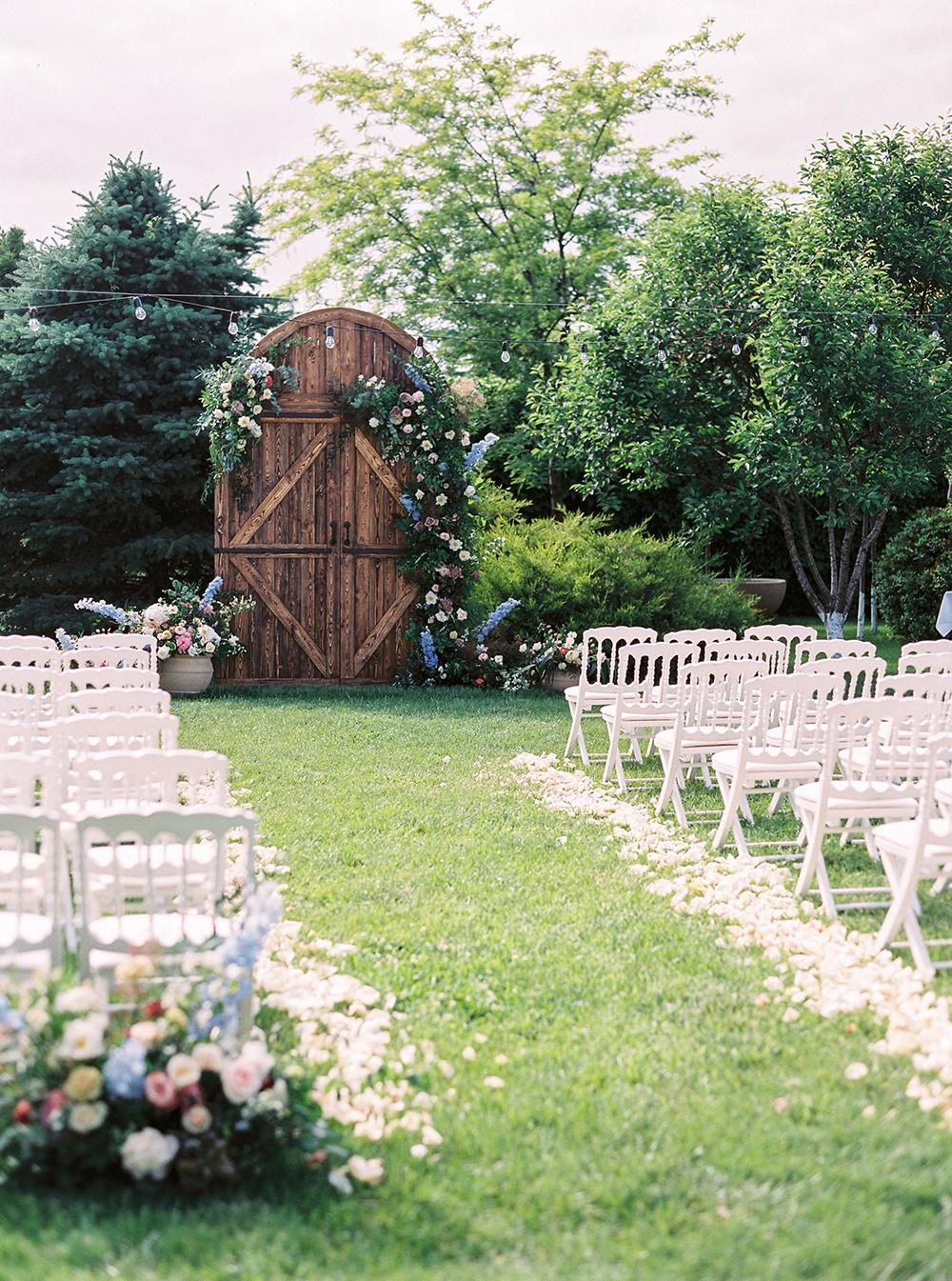 Наедине с любовью: нежная летняя свадьба за городом