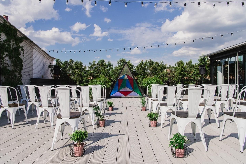 Яркая геометрия: свадьба на крыше