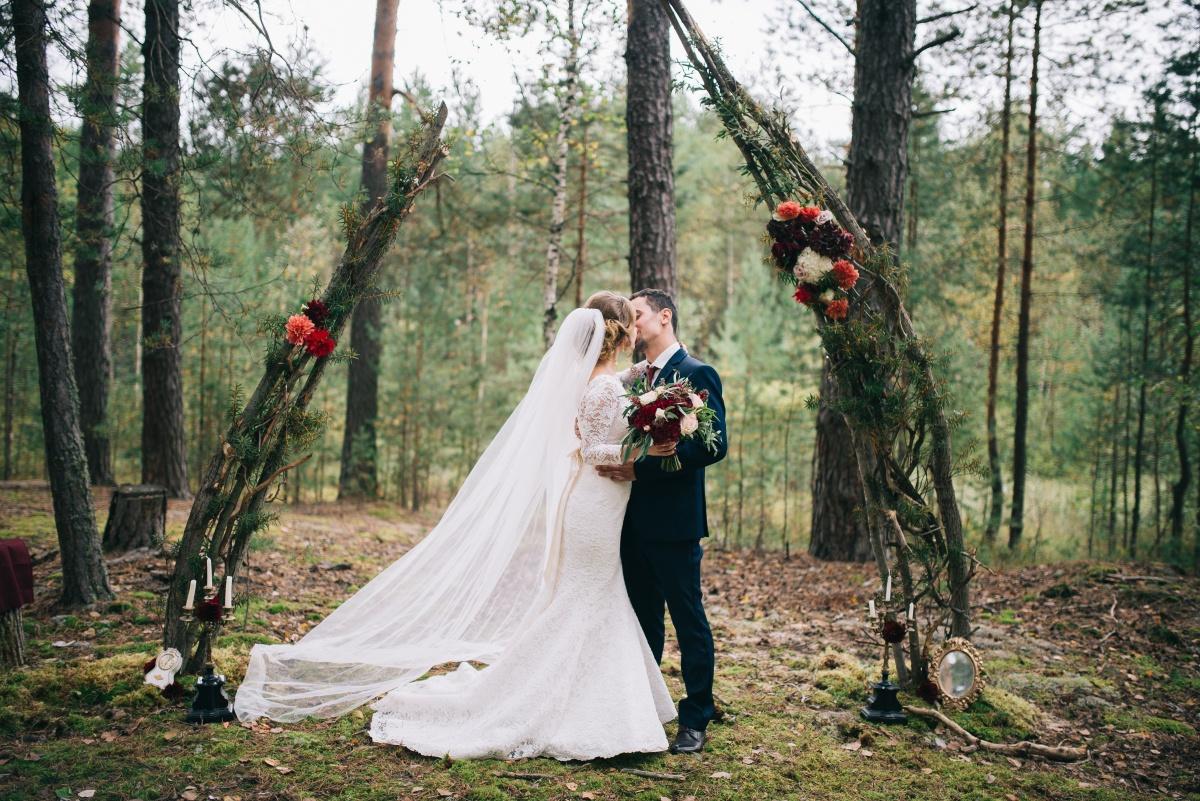 Осень в цвете бордо: свадьба в лесу