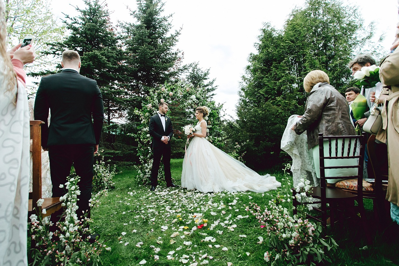 Домашний уют в цветущем саду: свадьба в начале лета
