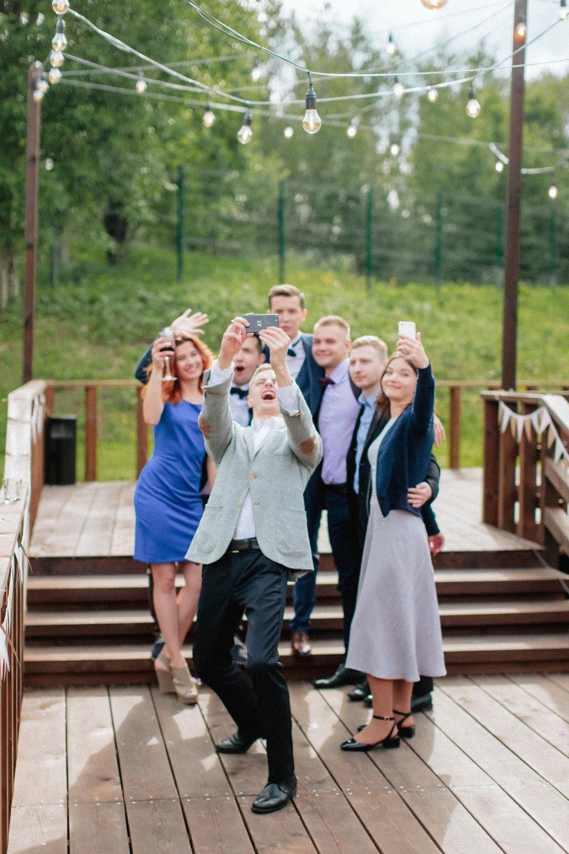 Летняя легкость: романтика и рустик на свадьбе за городом
