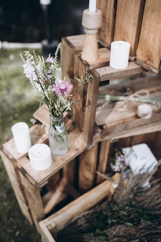 В уютном свете лампочек: свадьба на природе