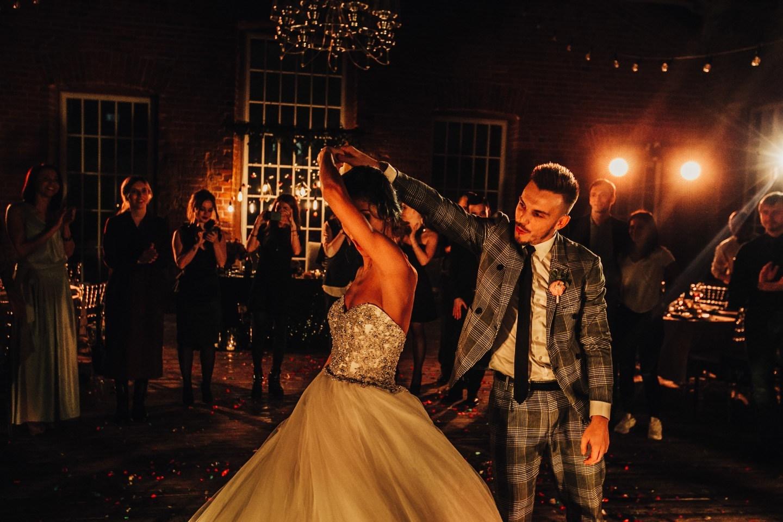 Взрыв эмоций: свадьба в черно-розовой палитре