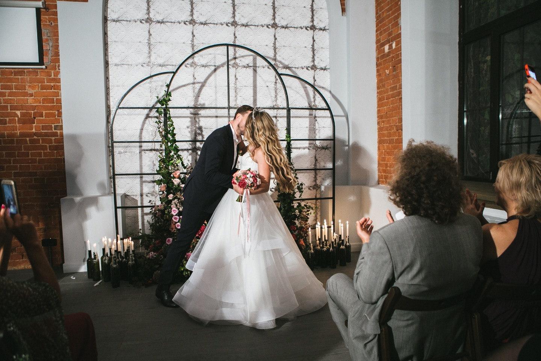 Любовь в насыщенных тонах: свадьба в лофте