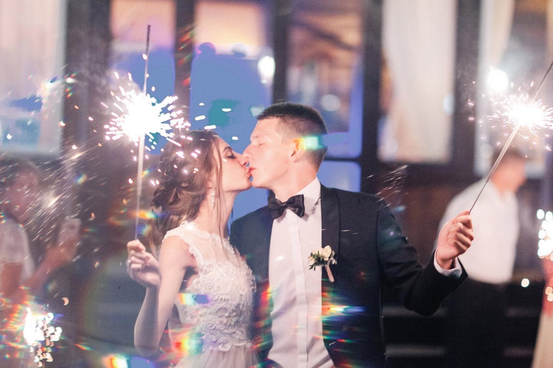 Современная классика: нежная свадьба за городом