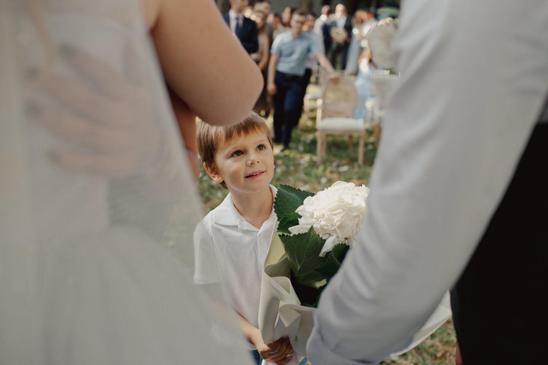Романтичный уют: летняя загородная свадьба в серой палитре