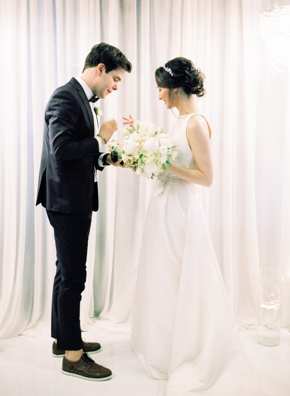 Элегантный минимализм: весенняя свадьба в ресторане