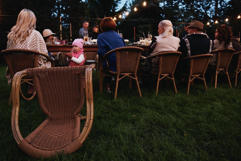 Уютный вечер в саду: свадьба в загородном доме