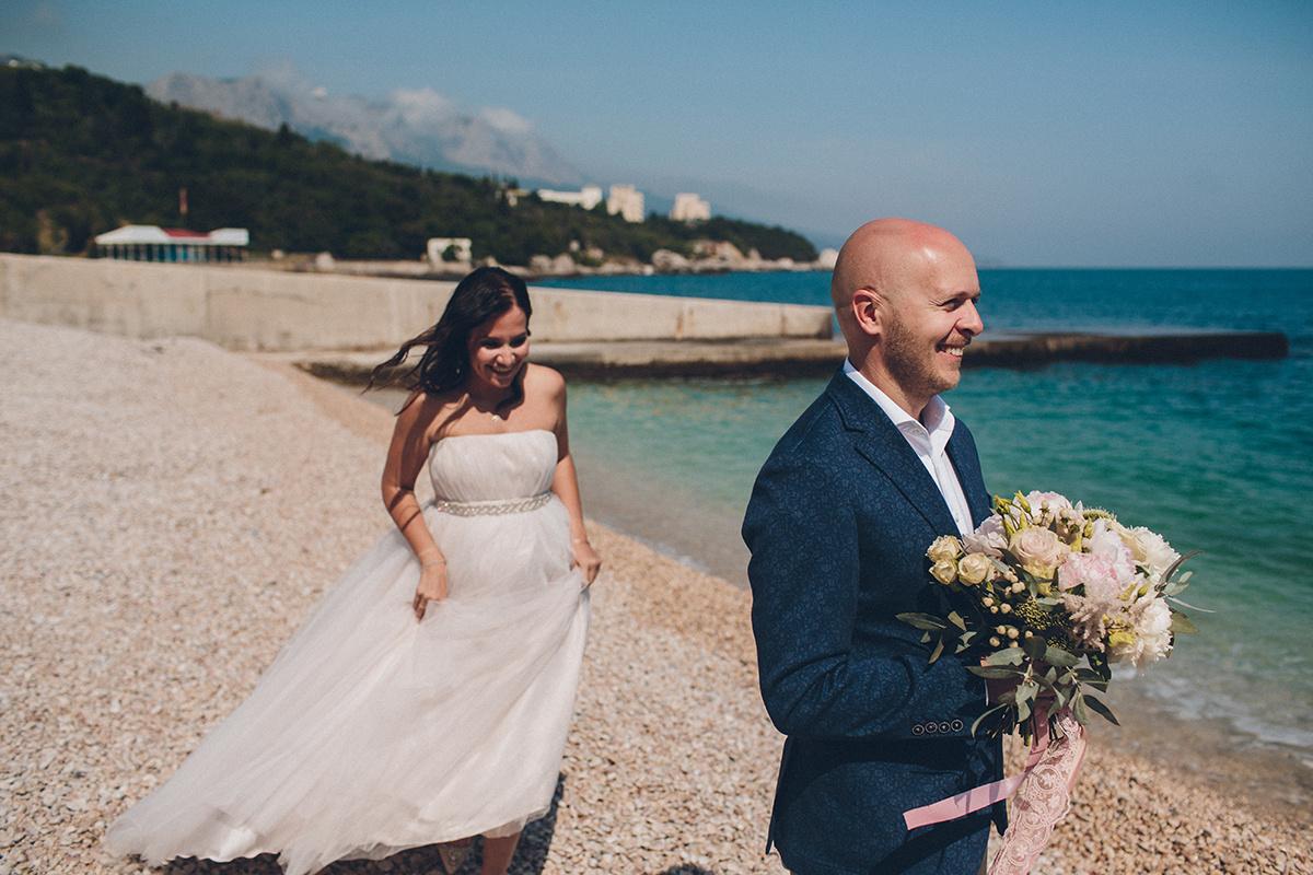 Пионы и море: романтичная свадьба в Крыму