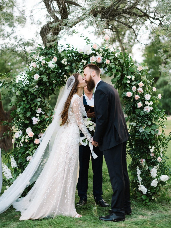 Светлый день для самых близких: камерная свадьба на природе