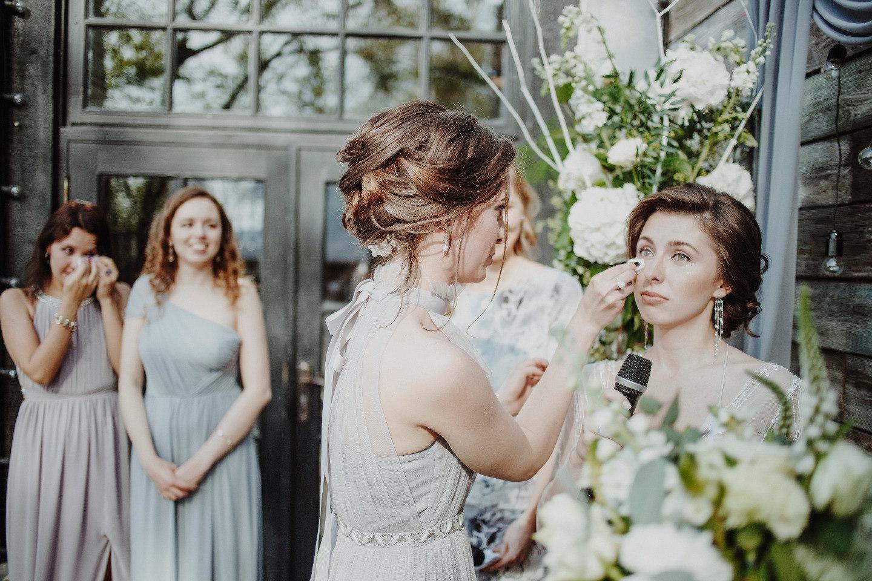 Минималистичный лофт и нежность весны: свадьба в мае