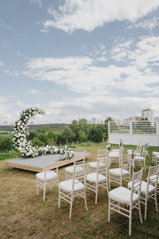 Аромат пионов: свадьба в бело-зеленой палитре