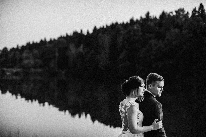Романтичный уют: свадьба в шатре на берегу озера