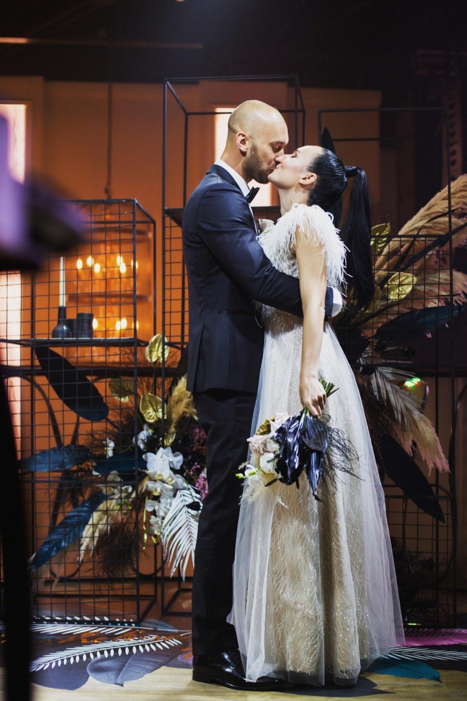 Черный и золото: свадьба с фееричным декором