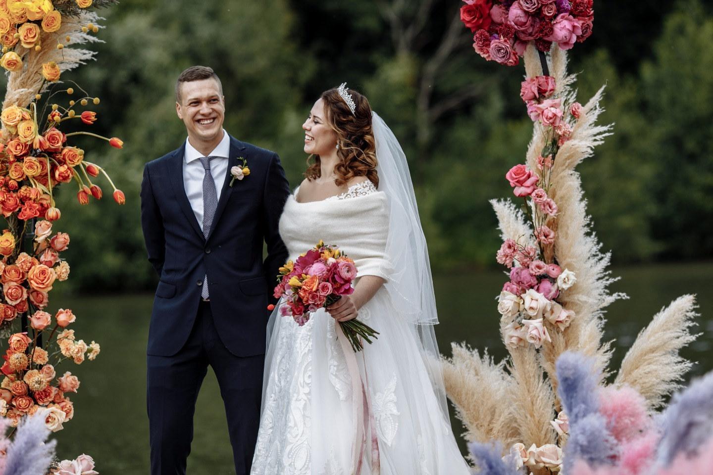 Вдохновение цветом: свадьба в яркой палитре