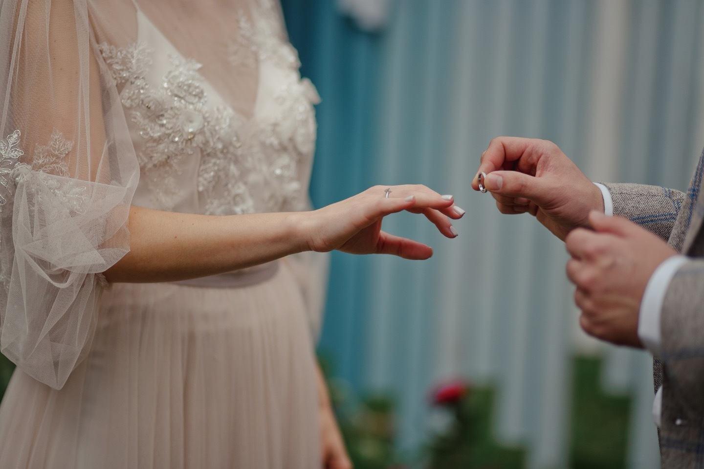 В ритме любви: концептуальная свадьба в лесу