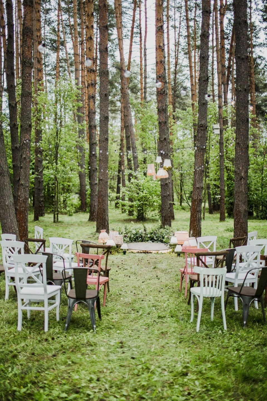 Уют и ретро на свадьбе в сосновом лесу