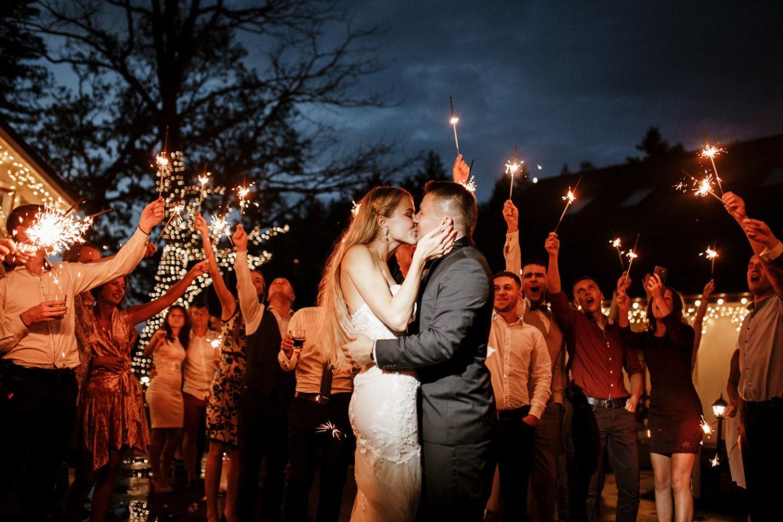 Романтика дождя: современная свадебная классика