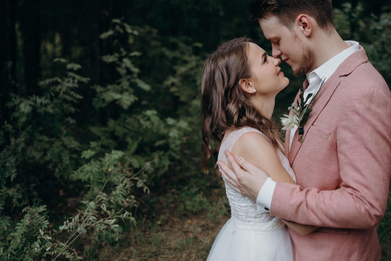 Урбан на природе: молодежная свадьба под открытым небом
