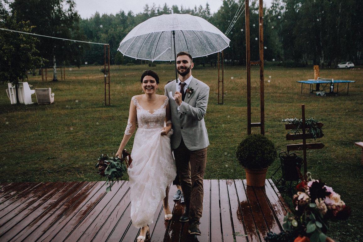 Уютная свадьба под дождем на открытой площадке