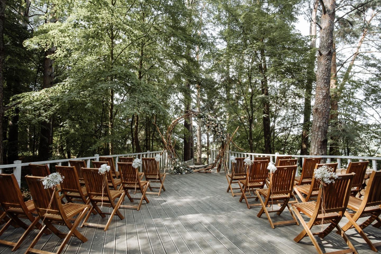 Рустик с ноткой элегантности на свадьбе в лесу